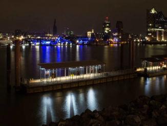Hamburger Hafen bei Nacht.